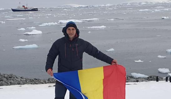 Un român e primul înotător din lume care a înotat o milă la Cercul Polar