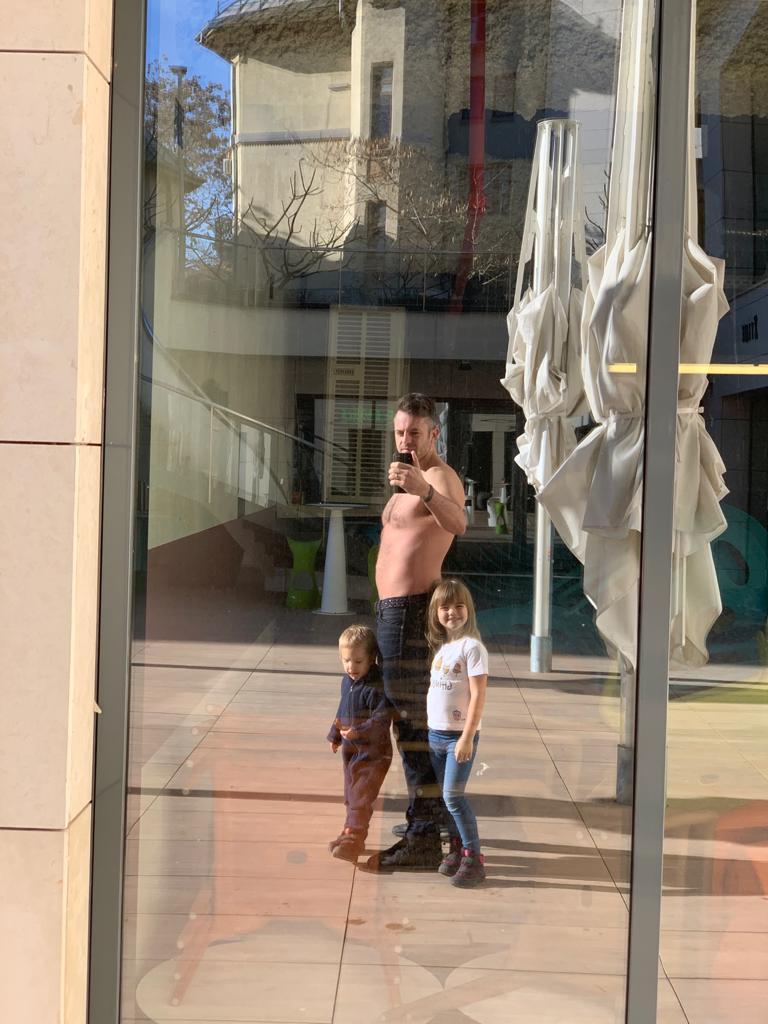 Valentin Bunea cu copiii_Centru_Nutritie